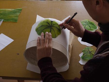 スランピングしたピースをモールド上の紙に写し取る