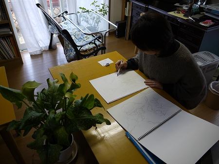 生徒さんがステンドグラスのデザインのために花の写生をしているところ