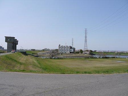 牛久沼排水機場と常磐線