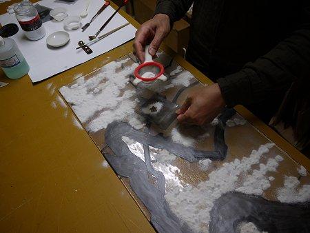 花の形のマスクを使い、ガラスパウダーをベースガラス上に振り掛けます