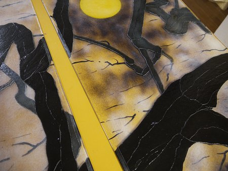 黒い部分は、裏に糊で仮止めした薄板ガラス