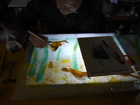 没骨法で、雀の羽根を描いています