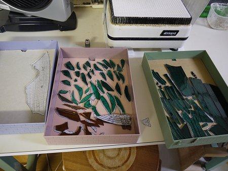 「竹林」のガラスピースは研磨中