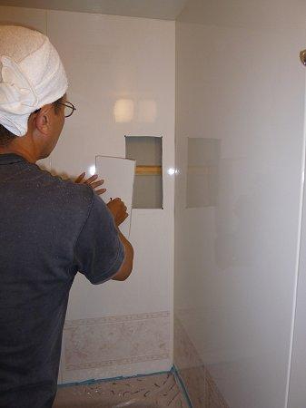 開口を設けるにあたり、小窓を明け、壁裏の構造を確認。その後、本格的に大きく切り取りました