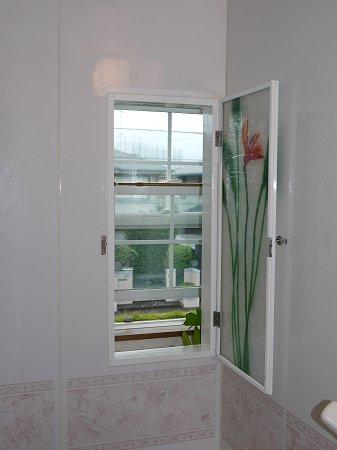 浴室の窓を開けると、外の景色が見えます(あたりまえですが)