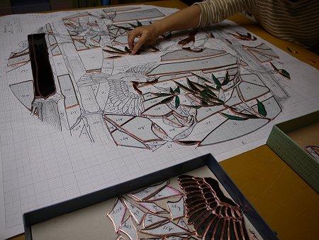 「竹林」は、テープを巻き終えたガラス片を型紙上に並べています