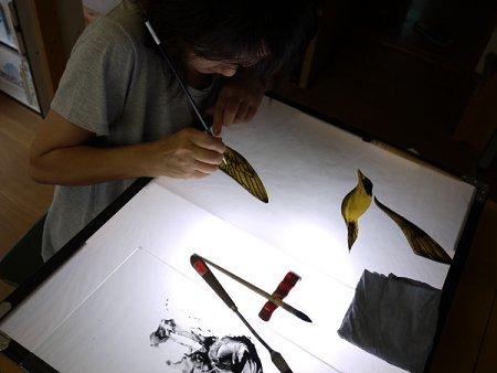 鳥の羽毛をグリザイユで描いています