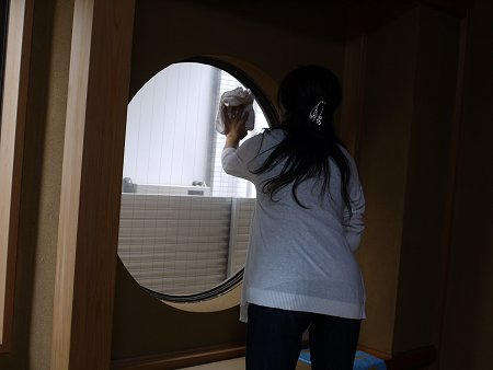 既存の窓をガラスクリーナーできれいに拭きます