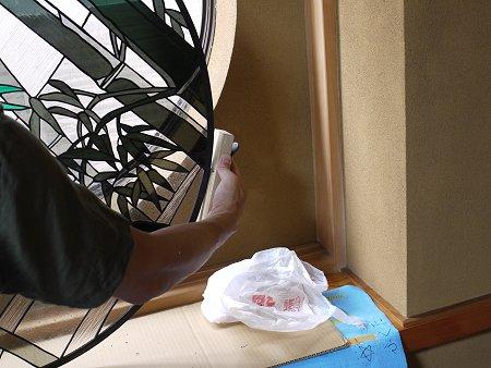 ステンドグラス周囲の鉛部分をかんなで削って調整
