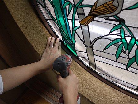 下地のアルミに下穴を開け、タッピンネジで押縁を固定