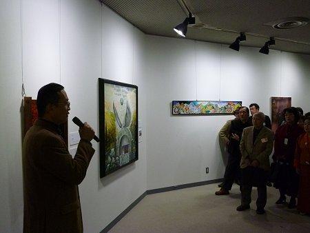 内覧会で私の作品の前で、説明をしています