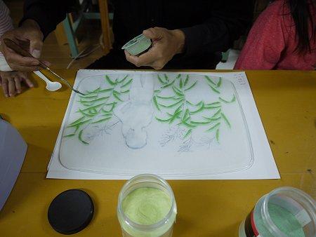 ガラスの上にグリーンの粉ガラスを載せて