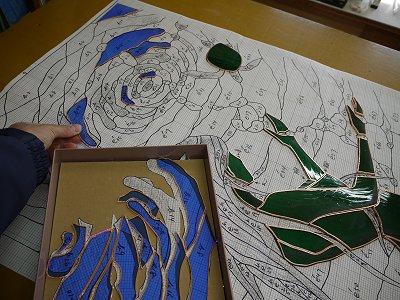 ガラスピースを型紙上に並べていきます