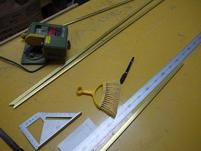 補強材の真鍮棒をカットしています
