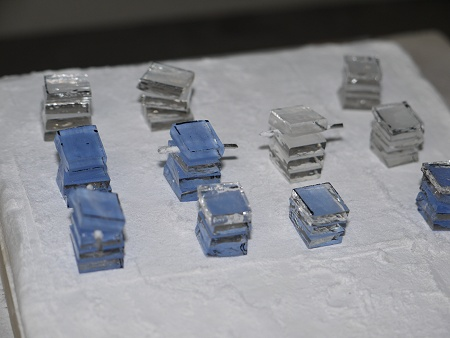 1辺10mmの正方形に切った薄板ガラスを積層しています。