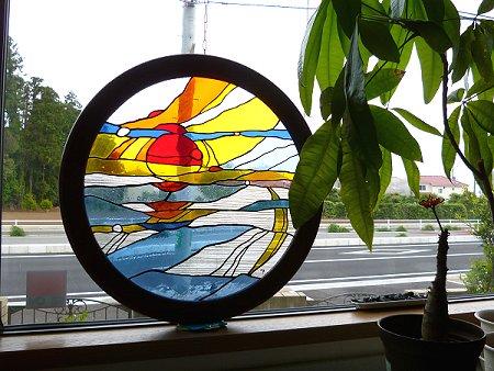 丸いステンドグラス「日の出」