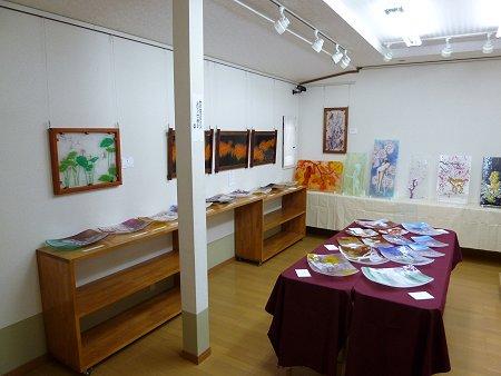フュージング画(壁)と、同絵皿(テーブル上)