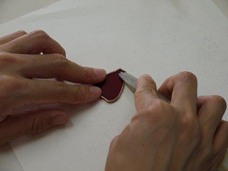 テープをヘラで押して、中の空気を抜きて、密着させます