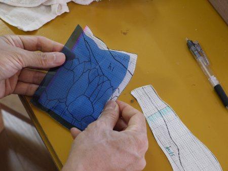 型紙とぴったり同一形状になっているか、検査します。