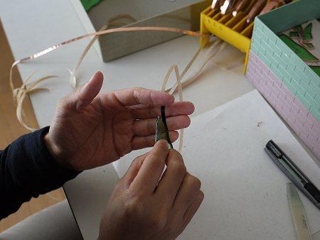 コパーテープは剥離紙を剥がすと、粘着剤が付いていて