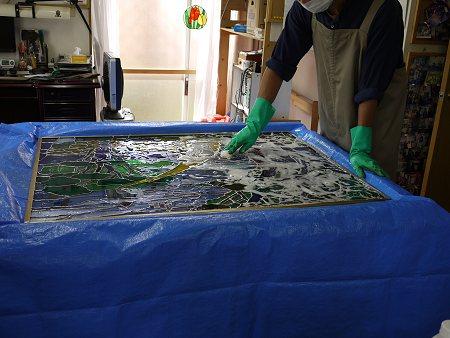 ステンドグラスの洗浄は、特製のプールを作って、その中で行います。