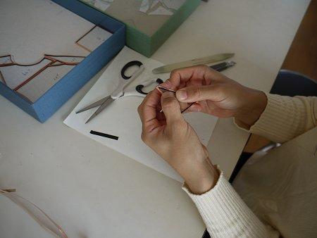 銅製のセロテープのような、粘着剤の付いたテープで、ガラスピースの縁をくるりと包みます。