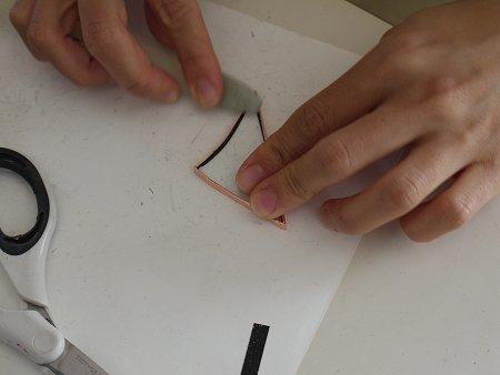 次に表と裏に若干折り返して、ヘラでこすり付けます。これで、密着させます。