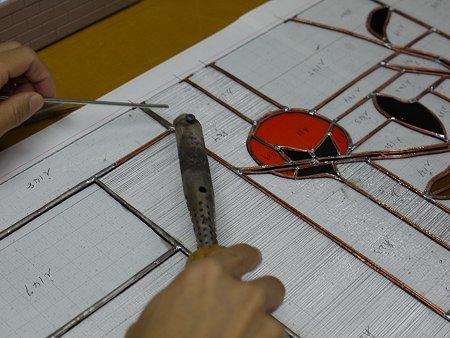 直径3mmの棒ハンダを手際よく融かして、載せていきます