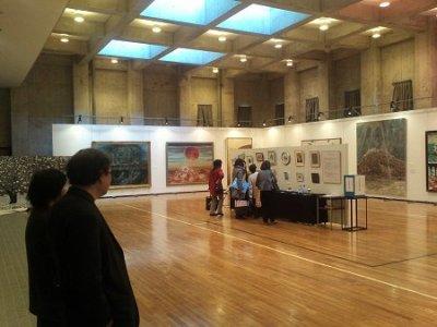 多目的ホールは100号超の大作多数と、中央にチャリティー小品が展示されています。