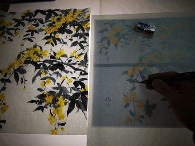 ライトボックスの上で、ステンドグラス用の型紙を制作します。