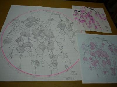 実寸型紙(写真左)が出来上がると、次はガラスカットです。
