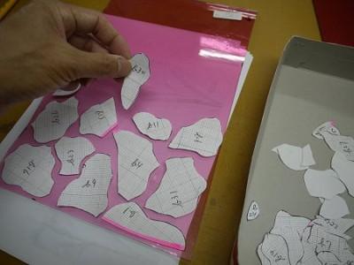 ゴールドピンクのガラスの上に、型紙を並べて、パターン取りします