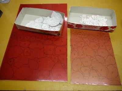 濃淡2種類のピンクの上に、型紙の縁線を写し取ります。