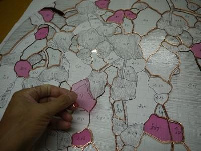 組み立ての最初は、ガラスピースを並べるところから始まります