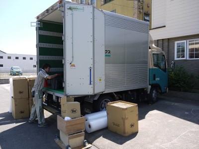 専用のトラックで輸送
