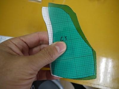 ガラスは、型紙より若干小さ