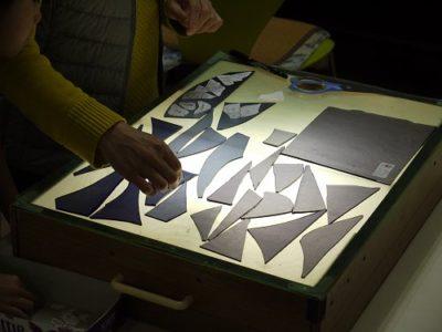 藤の花に使うヴァイオレットのガラス上に、型紙を仮置き