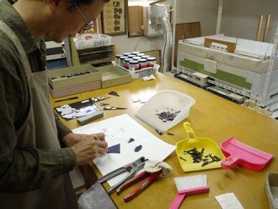 ヴァイオレットのガラス板に油性マジックで、型紙の輪郭を写し取り、そこにガラスカッターで傷を着けます