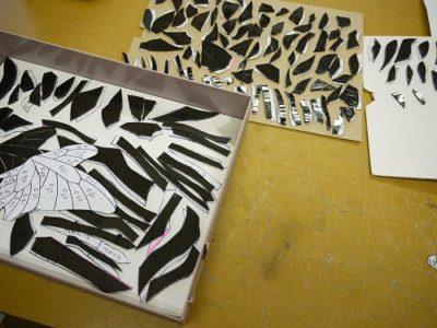 帰路割ったガラスピースは、型紙と1対1対応で管理します。なにせ、800ピースあるわけですから、1個も迷子にならないように箱に詰めておきます。