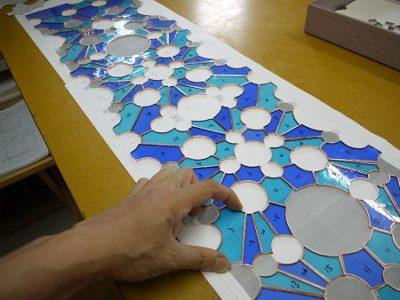 背景色のブルーのガラスを台紙上に配置しています