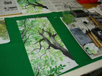 墨画風に描いていますが、墨の部分はわずかで、緑がいっぱいです。