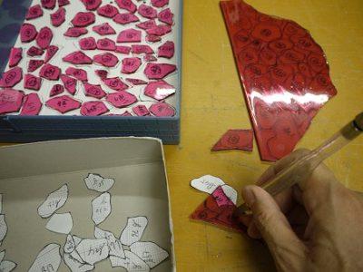 ガラスカッターとプライヤーで、型紙に合わせてガラスを切り出します。