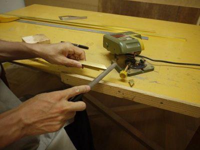 真鍮製の補強枠は、寸法通りに切断後、よく表面研磨して、使用します。