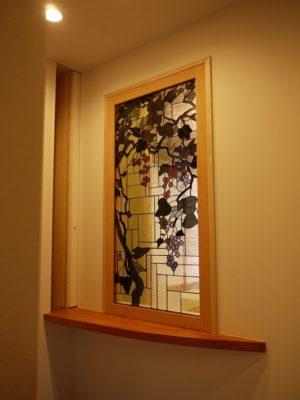 「山葡萄」のステンドグラス 玄関側から見ています