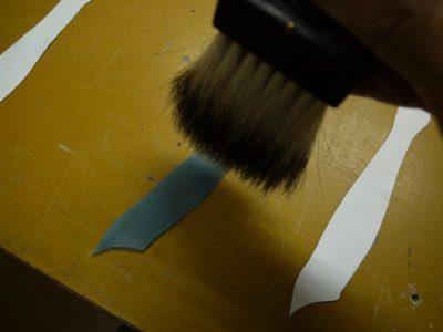 白いグリザイユを刷毛でぼかします