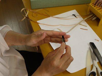 テープを巻いているところです。剥離紙を剥がしながら着けていきます。