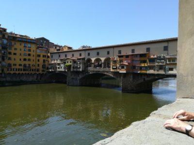 橋の上に宝飾店が軒を連ねるヴェッキオ橋