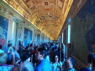 天井画も圧巻の博物館内。