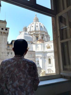 窓から、サンピエトロ大聖堂のキューポラをのぞむ