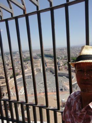 キューポラ頂上の展望台から見下ろすヴァティカンとローマ市内
